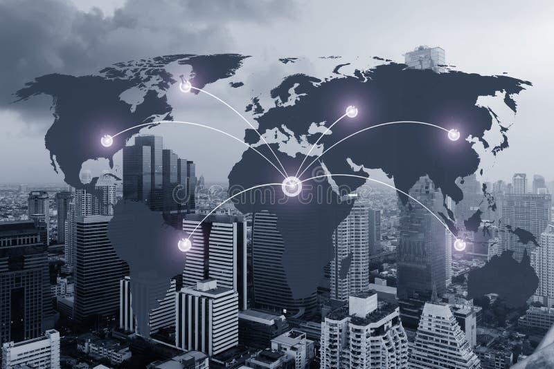 Nätverk och världskarta på suddighetsstad royaltyfri foto