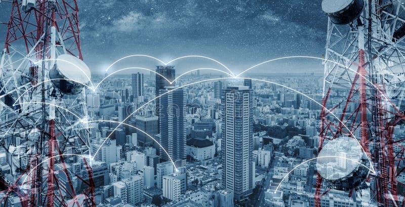 Nätverkande- och internetnätverksteknologi i staden Telekommunikationtorn med cityscape- och nätverkandelinjen royaltyfri fotografi