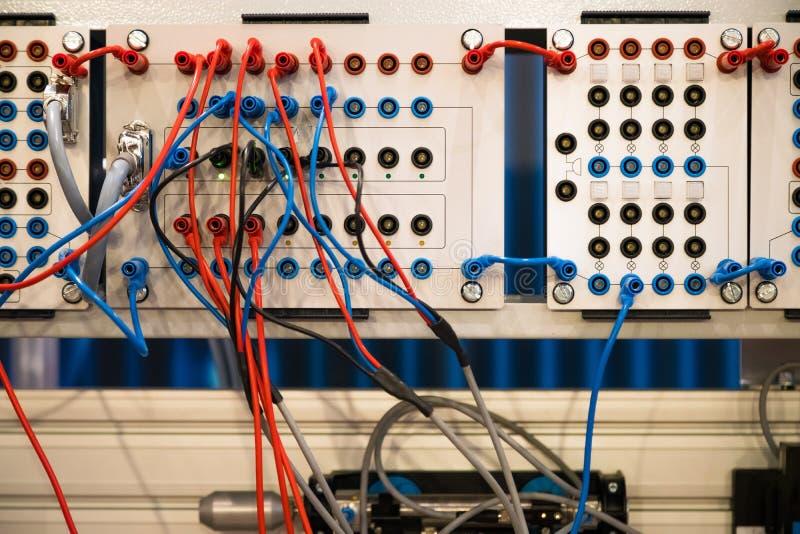 nätverkskabel som förbinder på nätverkskärnaströmbrytaren Maskinmaktkontrollant arkivbilder