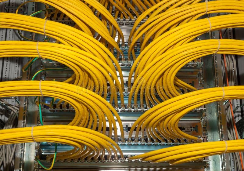 Nätverkslapppanel i en datorhall royaltyfri bild