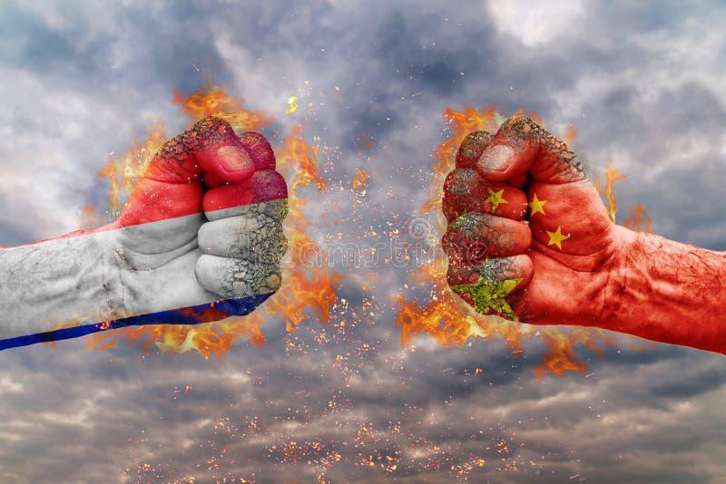 Näve två med flaggan av Frankrike och Kina arkivfoton