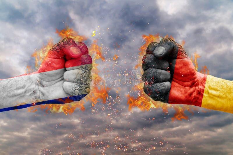 Näve två med flaggan av Frankrike och Tyskland vände mot på de arkivfoto