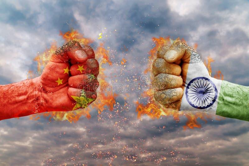 Näve två med flaggan av Kina och Indien vände mot på de royaltyfria bilder