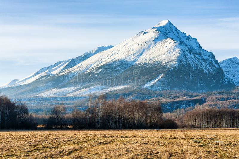 Nå en höjdpunkt kallad Slavkovsky stit i höga Tatras berg, Slovakien arkivbilder