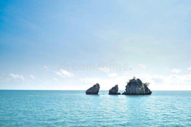 Någon ö på den Angthong nationalparken i Thailand fotografering för bildbyråer