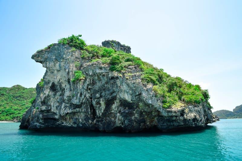 Någon ö på den Angthong nationalparken i Thailand arkivfoto