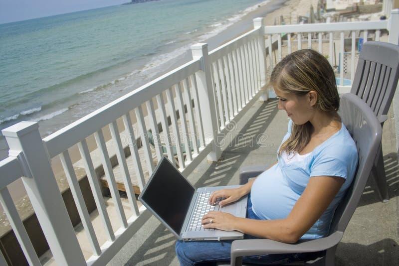 någonstans online-mom arkivfoto