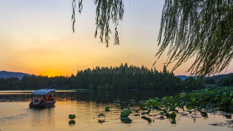 Något skymningögonblick i den västra sjön, Hangzhou royaltyfria bilder
