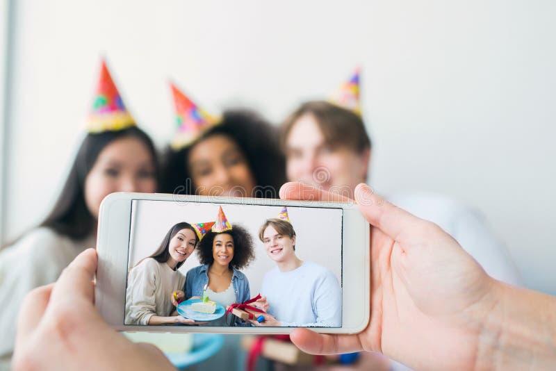 Något tar bilden på telefonen Det finns en flicka som har födelsedag och hennes vänner, som samlas tillsammans royaltyfria foton