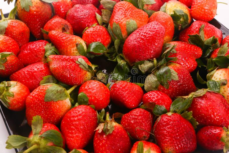 Några av jordgubbar stänger sig upp arkivfoton