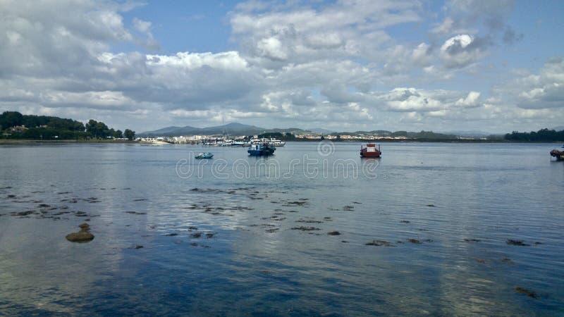 Några fiskebåtar nära en Toxa ö i nolla-dungen Spanien arkivbilder