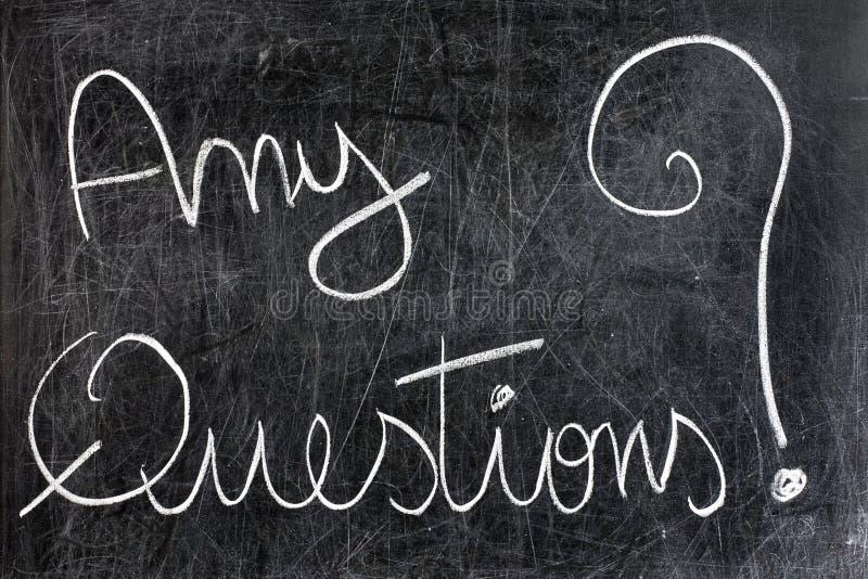 Några frågor på den svart tavlan royaltyfri bild