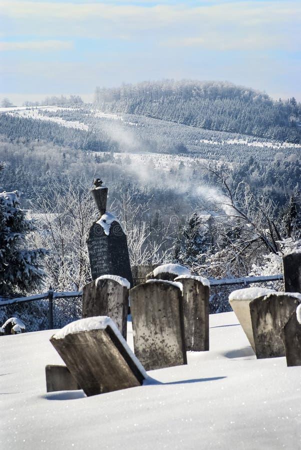 Några granitgravstenar på kyrkogården för dungekulleprotestant i Estrien på en kall vinterdag i Kanada arkivbilder