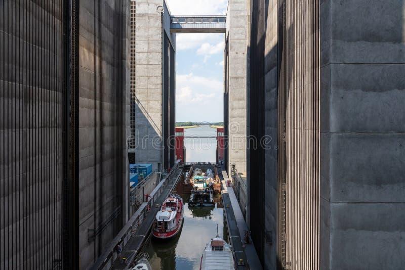 Några skepp har att övervinna 38 meter i ett gigantiskt skepp hissar royaltyfri bild