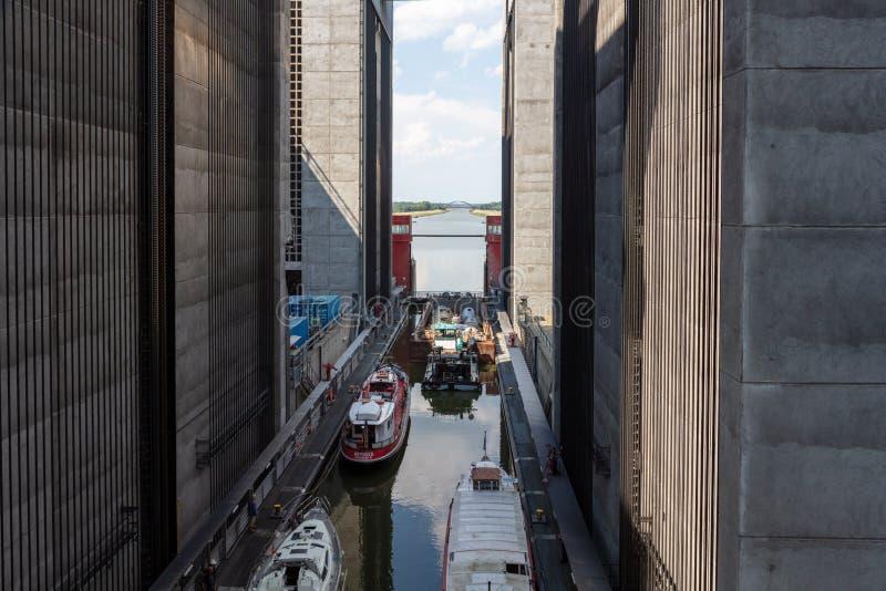 Några skepp har att övervinna 38 meter i ett gigantiskt skepp hissar fotografering för bildbyråer