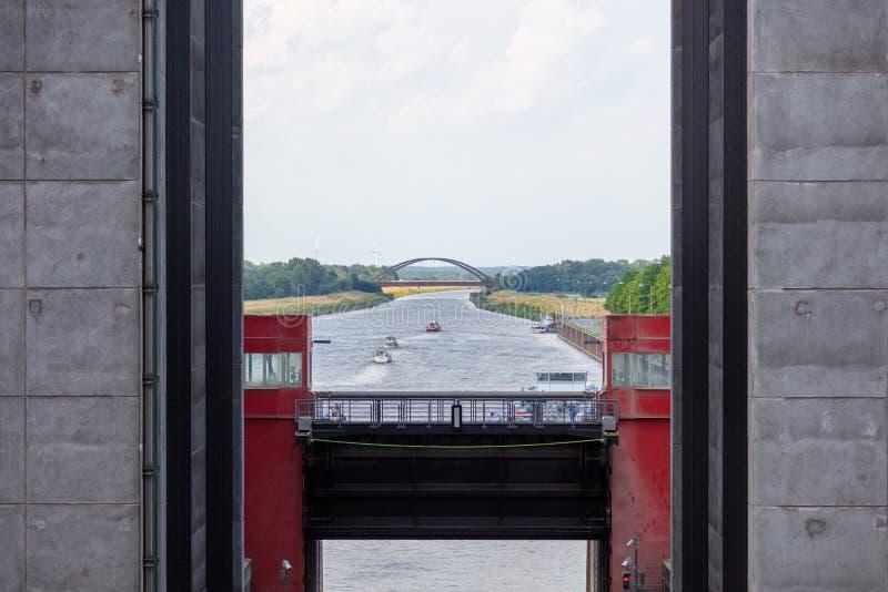 Några skepp lämnar ett gigantiskt skepp hissar fotografering för bildbyråer