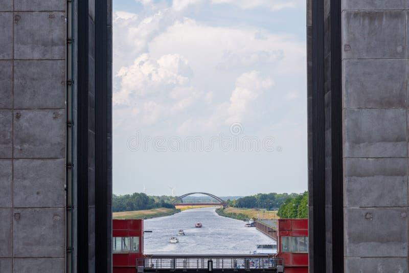 Några skepp lämnar ett gigantiskt skepp hissar royaltyfria foton