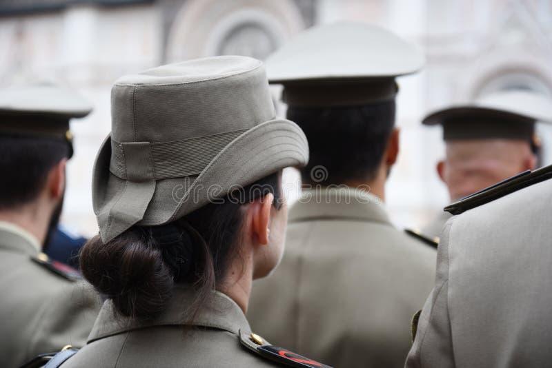 Några soldater i likformig av den italienska armén inklusive en kvinna i bolognaen royaltyfria foton