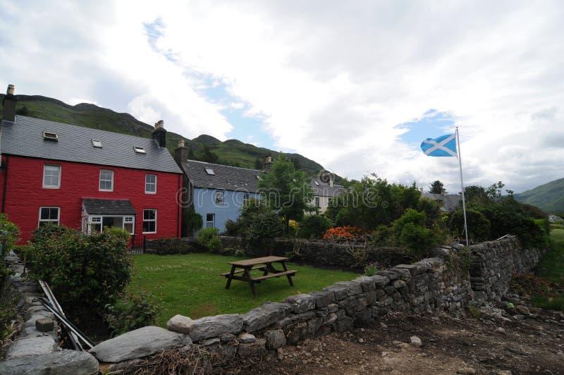 Några typiska kulöra skotska hus av den Dornie byn nära Eilean Donan Castle royaltyfri bild