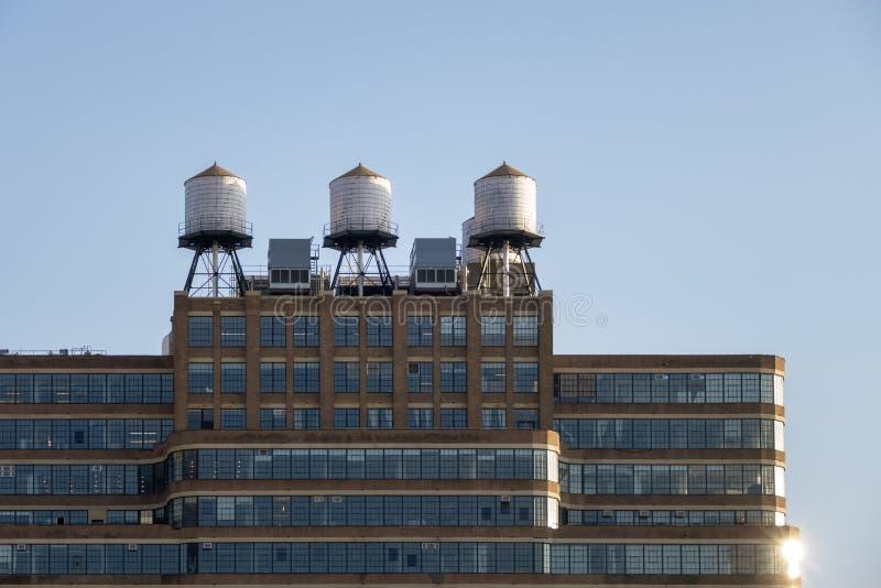 några typiska vattenbehållare på taket av en byggnad i New York C arkivfoto