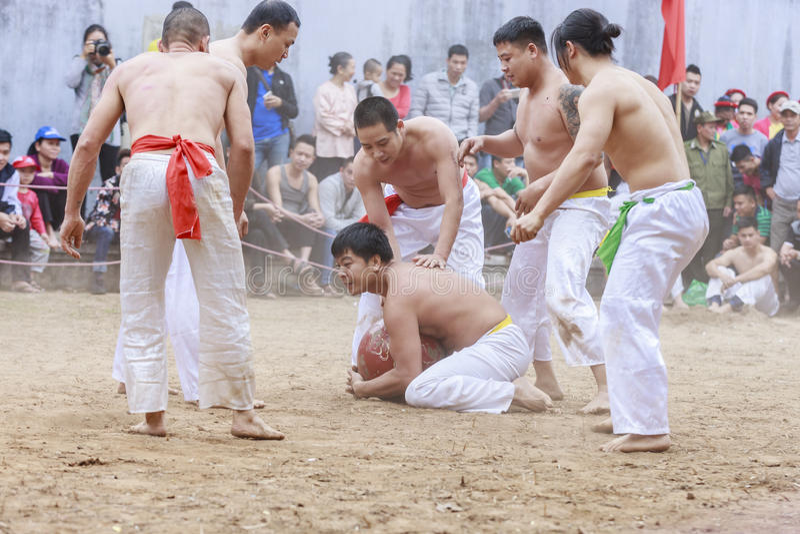 Några unga män spelar med den wood bollen i mån- nytt år för festival på Hanoi, Vietnam på Januari 27, 2016 royaltyfri foto