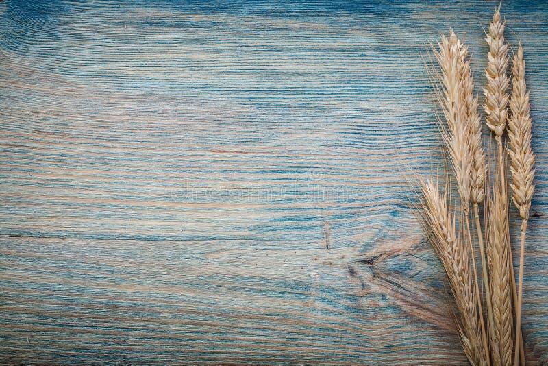 Några veterågöron på tappningbrädehorisontalversion kopierar brunnsorten arkivbilder