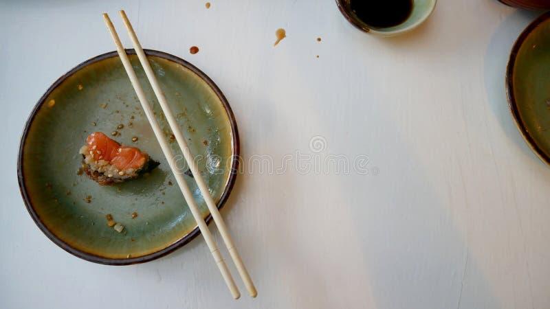 Når att ha ätit japansk mat SuShi och sashimi arkivfoto