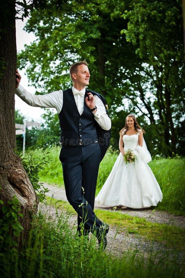 Når att ha gifta sig skytte - bruden och brudgummen - arkivbild