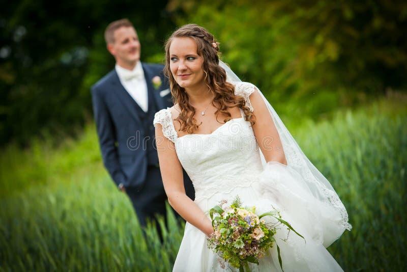 Når att ha gifta sig skytte - bruden och brudgummen - royaltyfri bild