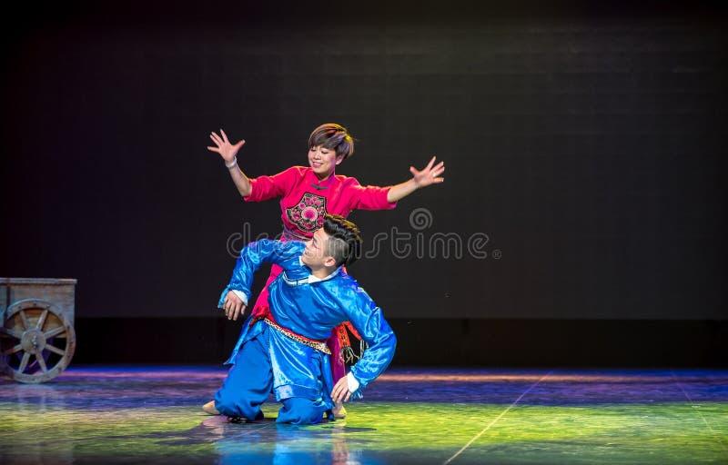 når att ha varit ifrån varandra en lång tid - den nationella folkdansen royaltyfria foton