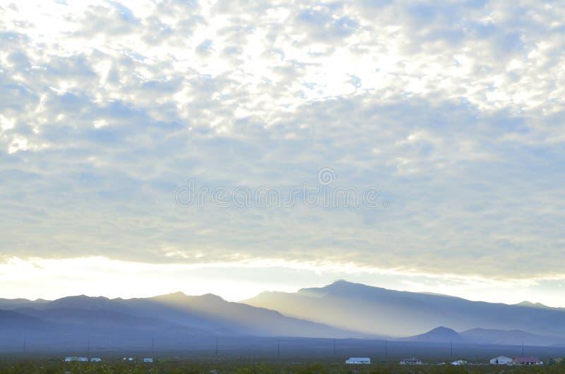 Når en höjdpunkt den ljusa kantkanten för soluppgång av den massiva molnbanken över vårberg och monteringscharlestonen med dimmig arkivbilder