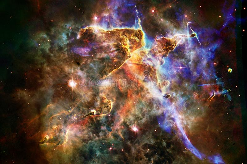 Nébuleuses et étoiles dans l'espace extra-atmosphérique, univers mystérieux rougeoyant photos stock