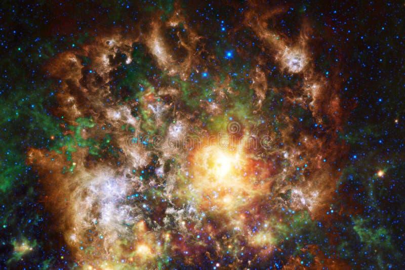 Nébuleuses et étoiles dans l'espace extra-atmosphérique, univers mystérieux rougeoyant photographie stock libre de droits