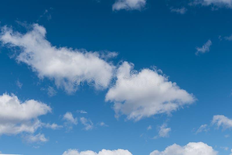 Nébulosité le ciel bleu photographie stock