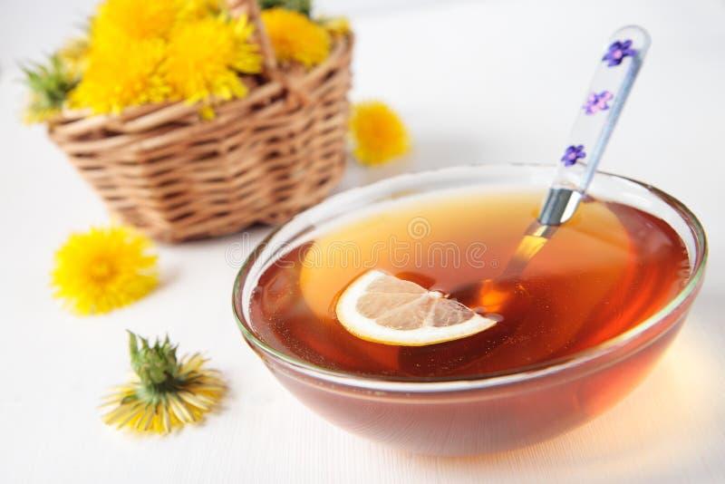 Néctar das flores dos dentes-de-leão com limão fotografia de stock