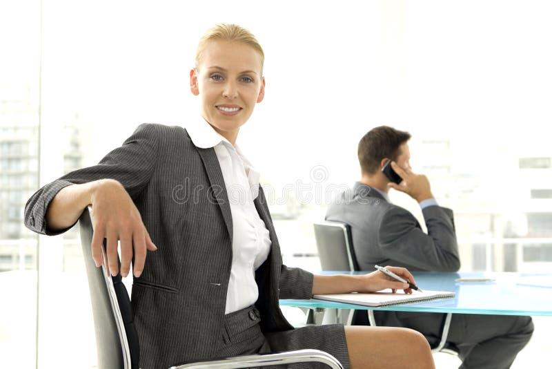 Négociation d'affaires au téléphone image stock
