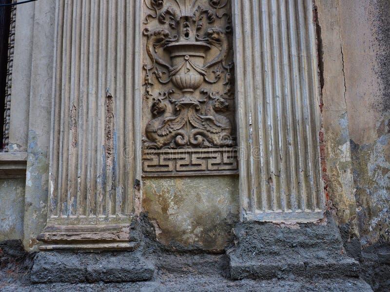 Néoclassique a moulé les caractéristiques décoratives sur la vieille Chambre, Bucarest, Roumanie image stock