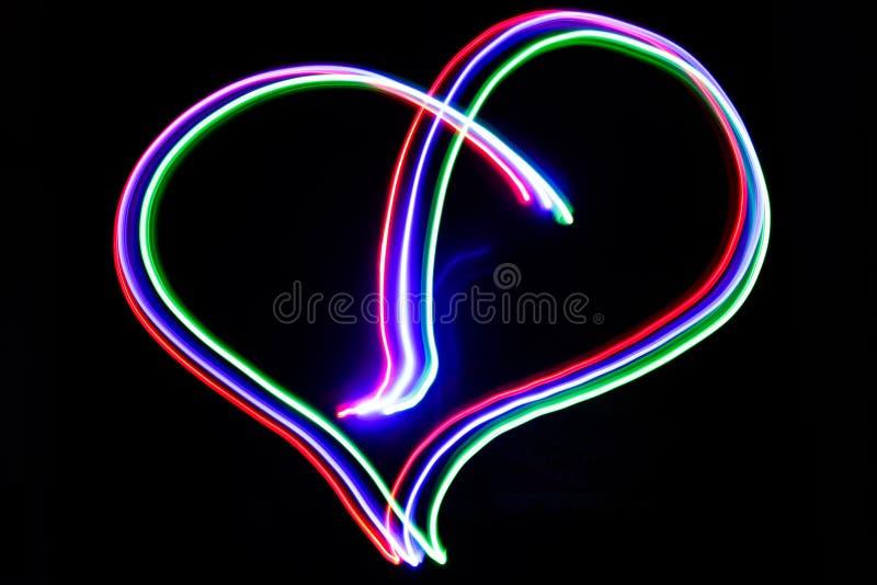 Néon de coeur de foudre produit avec des lumières colorées et un SH lent image stock