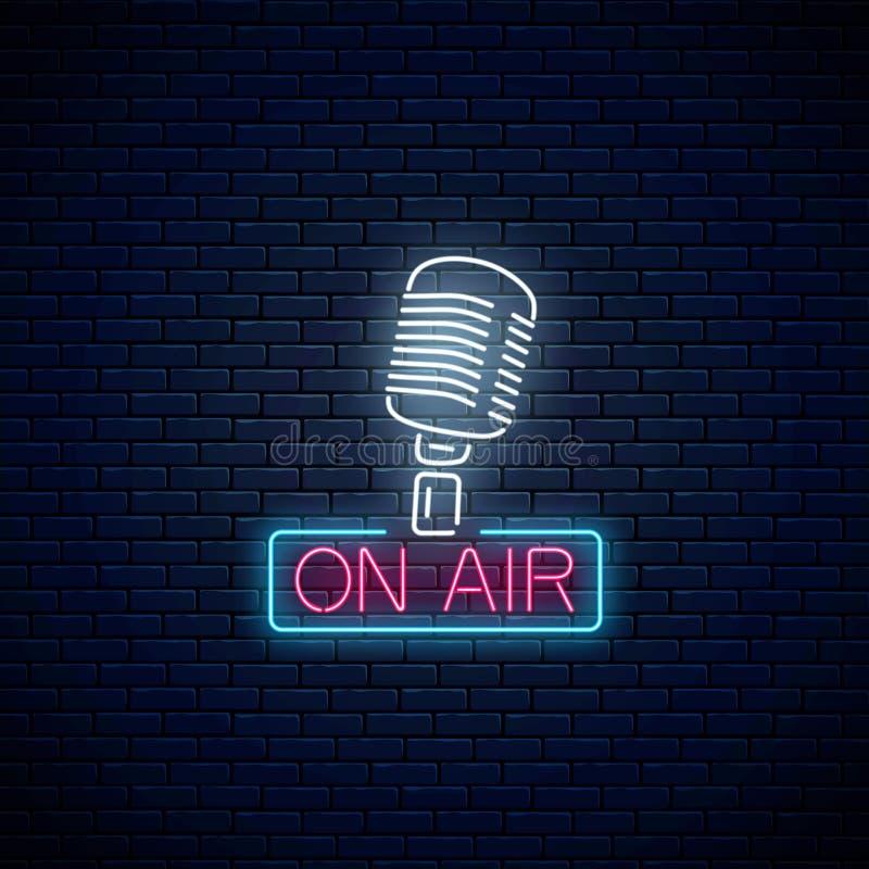 Néon no sinal do ar com microfone retro Quadro indicador de incandescência da estação de rádio Ícone sadio do café ilustração royalty free
