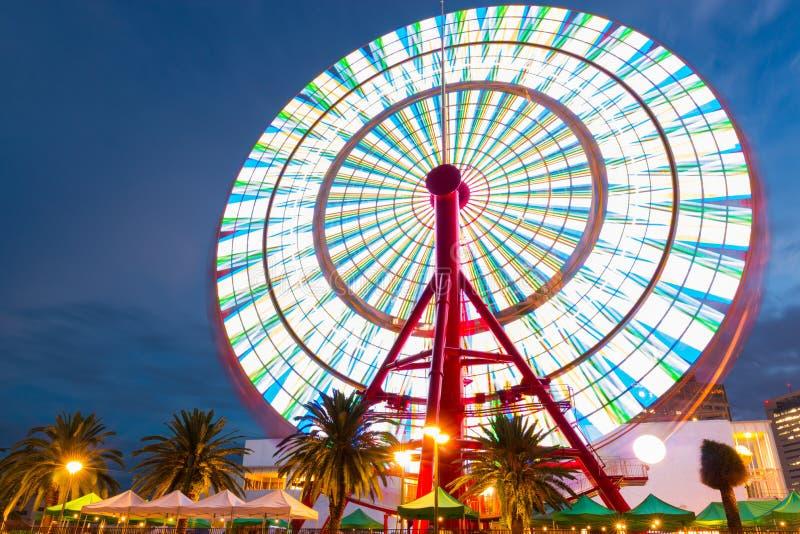Néons bonitos de Ferris Wheel Spinning Long Exposure foto de stock royalty free