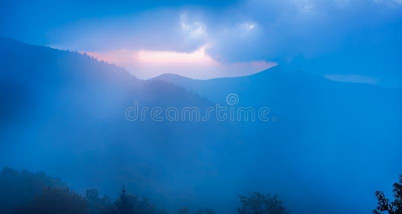 A névoa azul de Ridge, vista do pináculo Craggy, perto do azul fotografia de stock