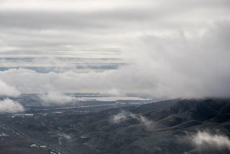 Névoa da manhã na montanha em Baku azerbaijan Perto do lago Xojasan fotos de stock