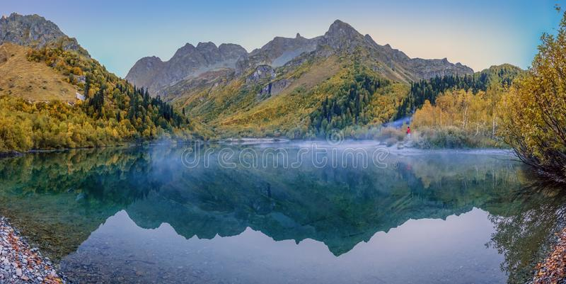 Névoa da manhã no lago Kardyvach Reserva caucasiano da biosfera fotos de stock royalty free