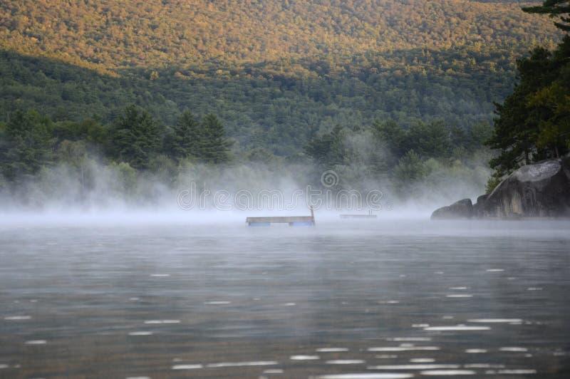 Névoa da manhã no lago Squam fotos de stock
