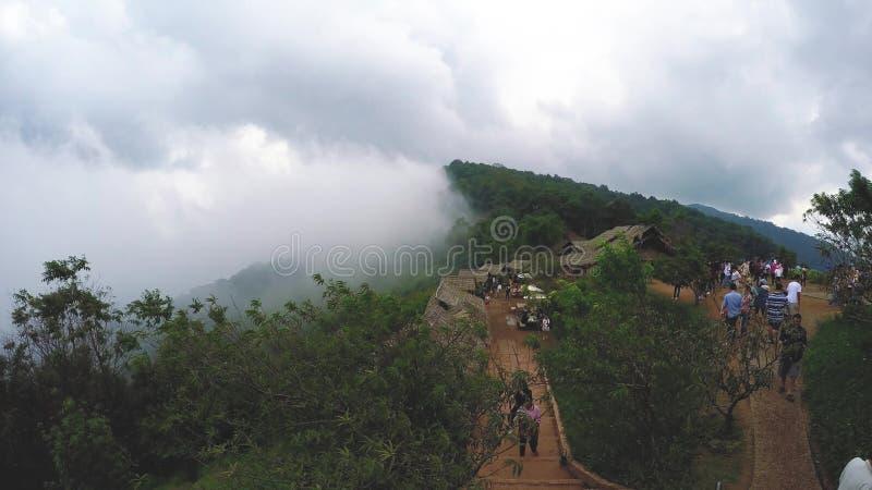 Névoa da névoa fresca no timelapse Tailândia da montanha do chiangmai do monjam video estoque