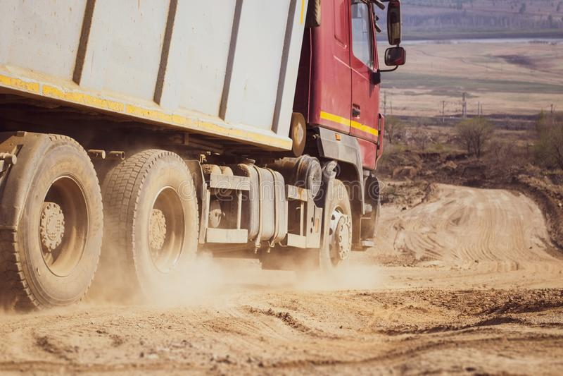 Névoa da poeira na estrada secundária após a passagem grande do carro fotos de stock