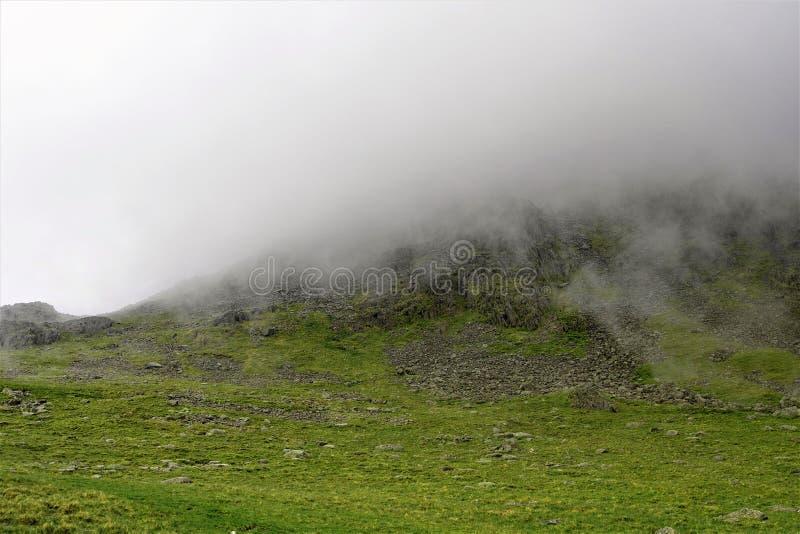A névoa desce para o pico de Scafell Pike, Wasdale fotos de stock royalty free