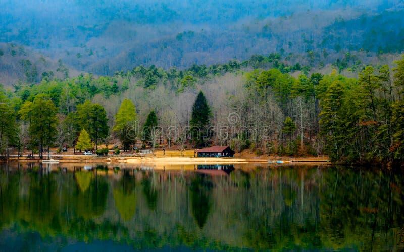 Névoa do amanhecer através da montanha da rocha da tabela e do lago pinnacle imagem de stock royalty free