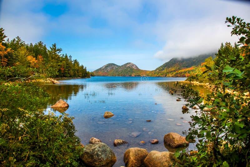 Névoa do amanhecer que vem sobre o monte com água e cores do outono da lagoa longa imagens de stock