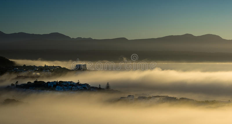 Névoa do amanhecer sobre a baía de Plettenberg ao lado do Oceano Índico imagem de stock royalty free
